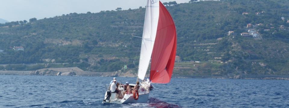 barca a vela che naviga con gennaker