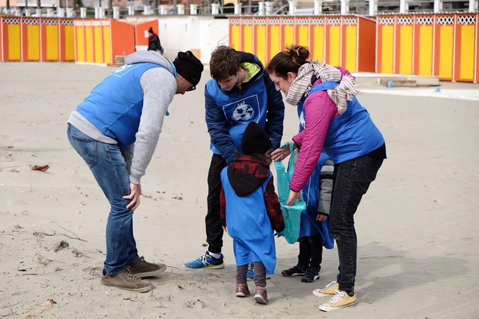 pandora clean beach day raccolta spazzatuura sulla spiaggia